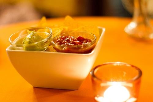 nacho met guacamole en salsa saus